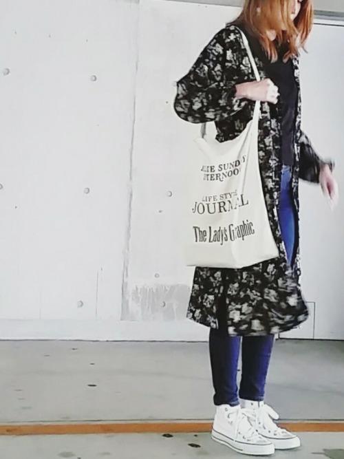 ブルーのスキニーデニムのコーディネートにGUのフラワープリントシャツワンピースをは羽織ったスタイル。白い大きめのトートバッグと白シャツがキュート♡思わず真似したくなるコーディネートです。