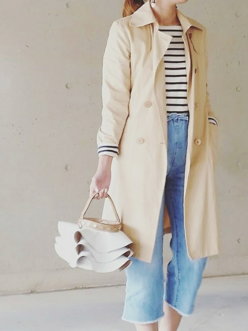 3枚重ねたフリル使いがインパクトのある巾着型バッグ。トレンチコートを羽織ったシンプルなデニムコーデのアクセントになりますね。