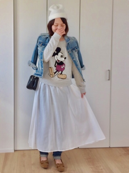 フレアのたっぷり入ったスカートをデニムの上に履くという大胆な発想。ミッキーのスウェットがいい味を出しています。