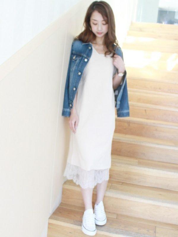 清楚なイメージを作りたいのであれば、レーシーなホワイトのキャミワンピは鉄板のスタイル。デニムのジャケットとスニーカーでこなれ感を出して。