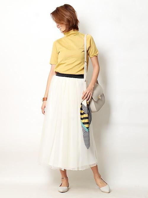 ◆Pierrot ロング丈 チュールスカート  春のトレンドカラーであるイエローのハイネックニットにホワイトのロングチュールを合わせて大人っぽく♪トップスは色でトレンドを取り入れて形はシンプルにしたほうが、チュールスカートの存在感が引き立ちます。バッグに同じカラーリングのスカーフをつけてアクセントに。