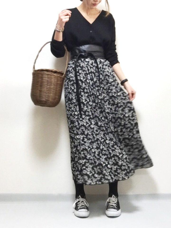 こちらは黒のカーディガン。黒系でまとめたフェミニンな大人のコーデ。ウエストをサッシュベルトで引き締め、ロングスカートの広がりを効果的に見せて。