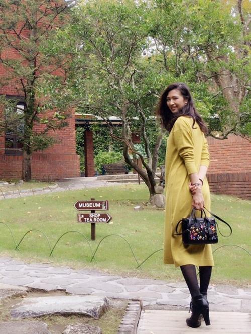 1枚でさらりと着られるワンピースは大人女子にぴったりのアイテム。イエローならキレイ目にもカジュアルにも着まわせるので、最旬コーデがあっという間にできあがりです。