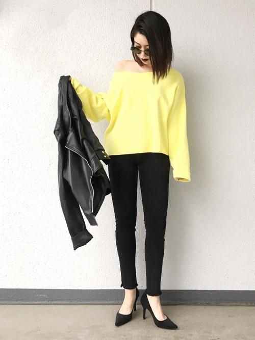 黒でまとめたシンプルなスタイルも1枚イエローが入るだけで今年らしく。ハイヒールやレザーのジャケットを合わせた甘辛ミックスコーデです。