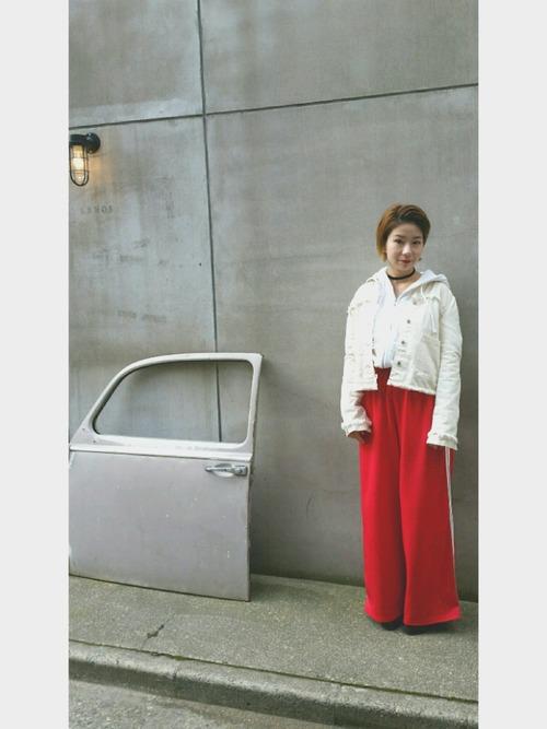 ダメージ入りのジャケットとトップスを白でまとめて、赤のパンツが引き立つコーデに。チョーカーやイヤリングで女性らしさもプラスして。