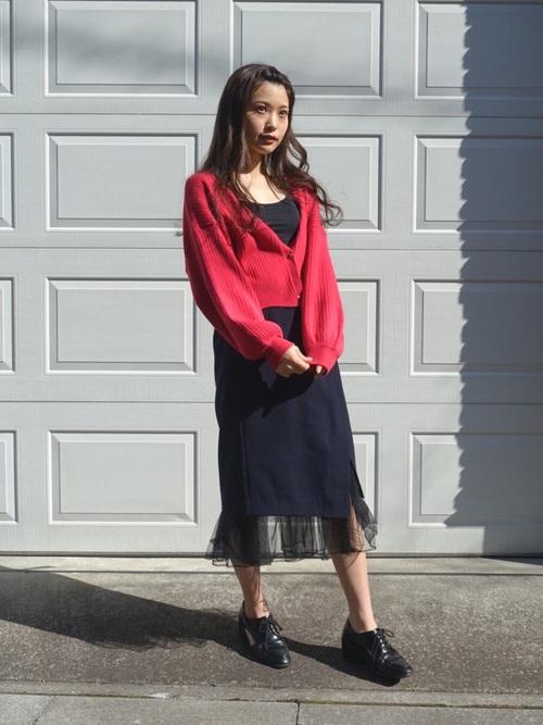 タイトなラップスカートの裾からチュールレースをのぞかせた、甘辛MIXなスカート。色っぽさと可愛さをかね揃えたデザインが素敵ですね。