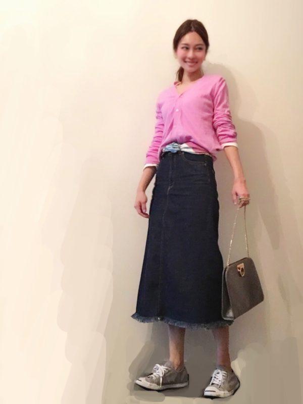 デニムスカートのカジュアルコーデ。裾がフリンジになったデニムスカートに、ピンクカラーのカーディガンを合わせて春らしく。ウエストには、スカーフを巻いて軽やかさを演出♪
