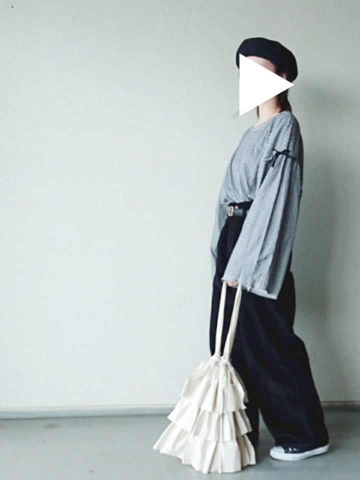 細かなギンガムチェックと、手がすっぽり隠れるほどの長くボリューミーな袖がキュートですね。