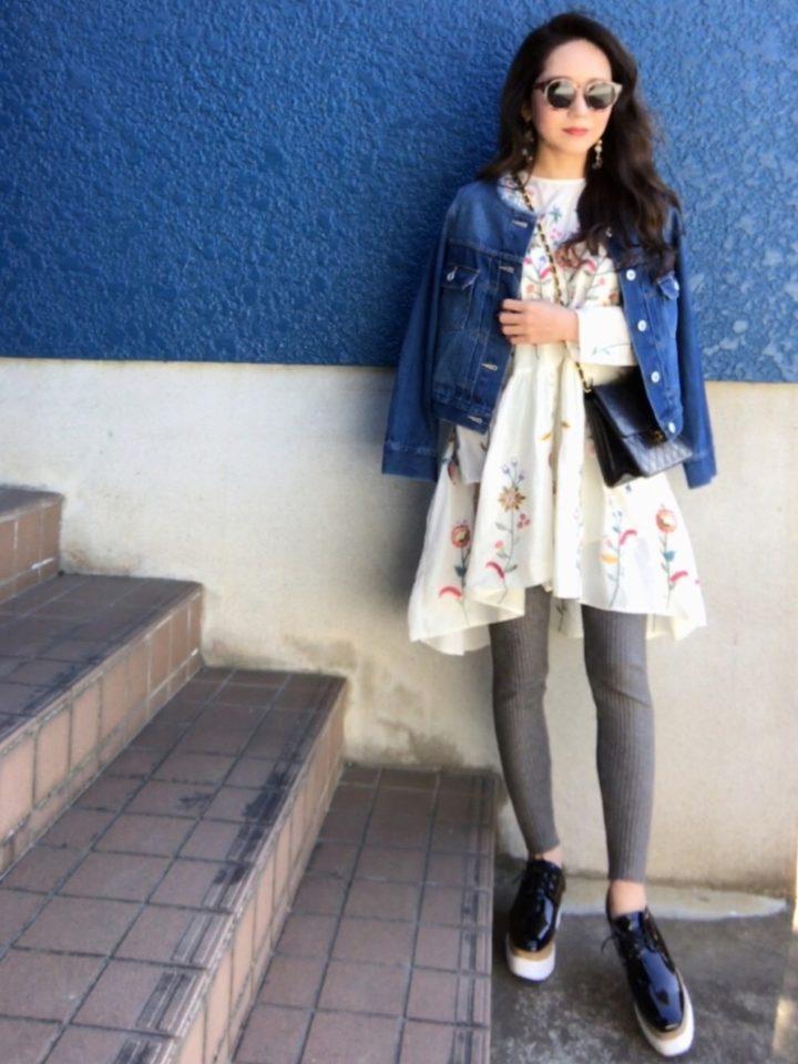 裾がアシンメトリーに膨らんだワンピースは、刺繍も鮮やかな色使いで華やか。