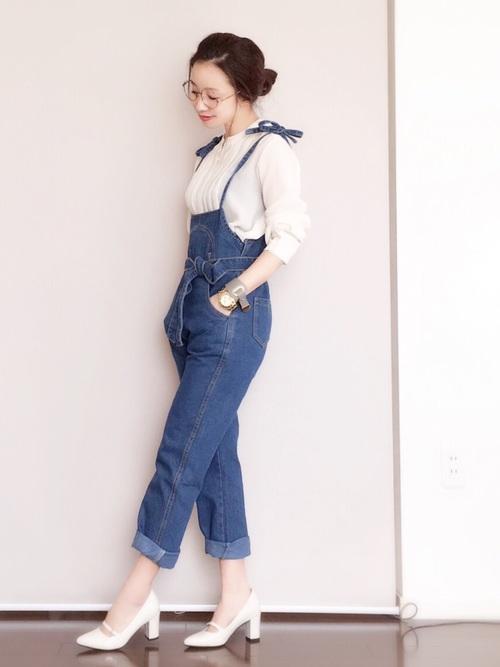 リボン結びになった肩紐やウエストベルトで、ソフトガーリーな雰囲気のあるデニムのサロペットです。フェミニンなブラウスとパンプスを合わせる事で、大人可愛い着こなしとなっています。
