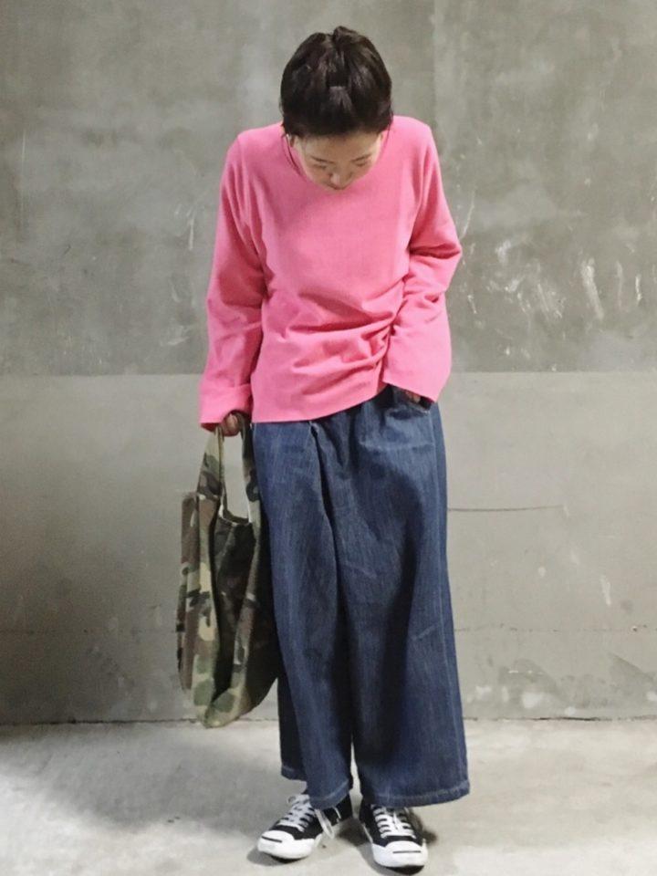 パッと目を引く明るいピンク色の長Tシャツは、オーバーサイズでラフな雰囲気。部屋着にしてもリラックス出来そう♪
