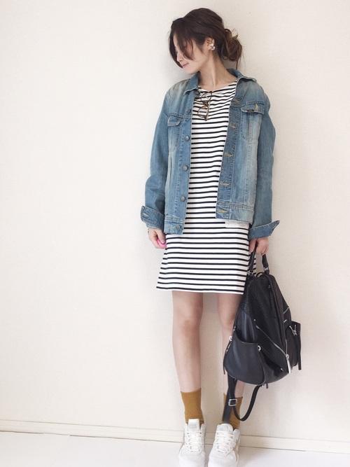 ボーダーワンピースに黄色い靴下がキュートな組み合わせ♡少しスカート丈を長くしても違和感がありません。