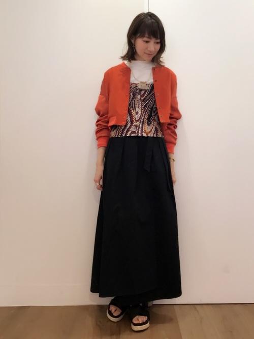丈が短いブルゾンとラップスカートでメリハリを付けて。トレンド感のあるインナーのビスチェがコーデにインパクトを。
