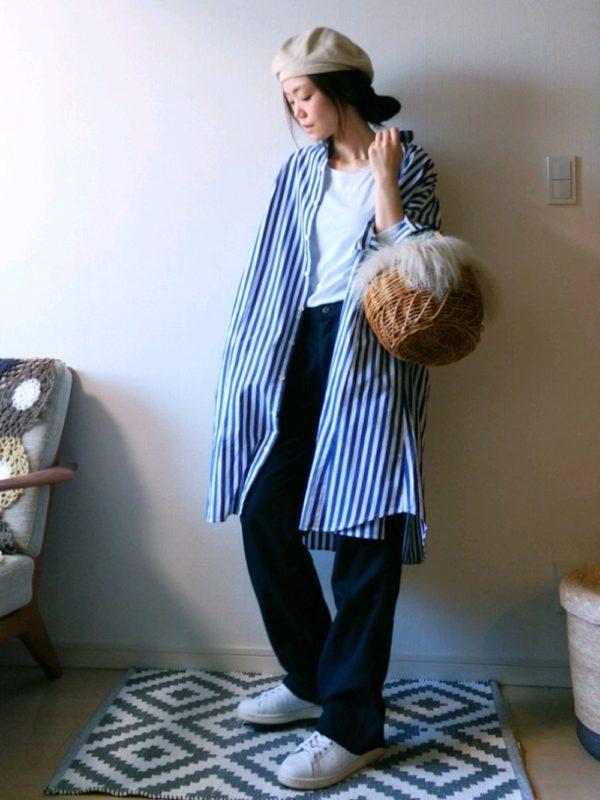 先ほどのストライプシャツワンピースを使ったコーデ。アウターがわりに着こなしています。シンプルにTシャツにパンツを合わせていところに羽織ると、ラフな仕上がりに♪ベレー帽で抜け感を。