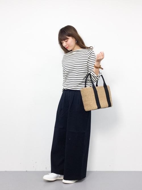 カットソーの1色と合わせたワイドパンツとのコーデが、可愛いですね!白スニーカーとかごバッグが春らしいです。