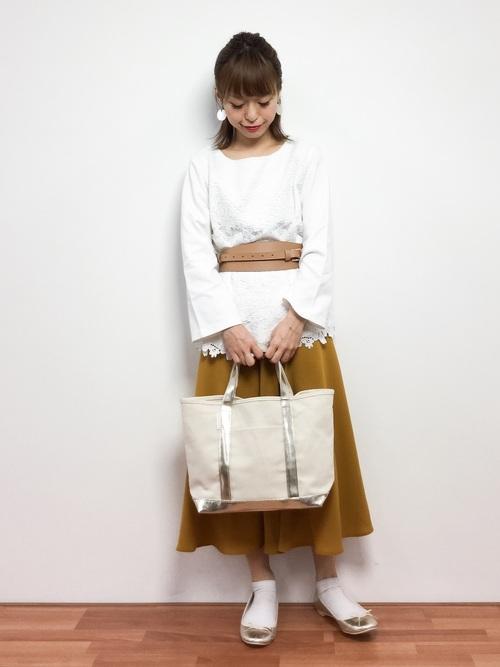 白系コーデにイエローのスカートが新鮮な雰囲気。キュートなスタイルにベルトでインパクトを。
