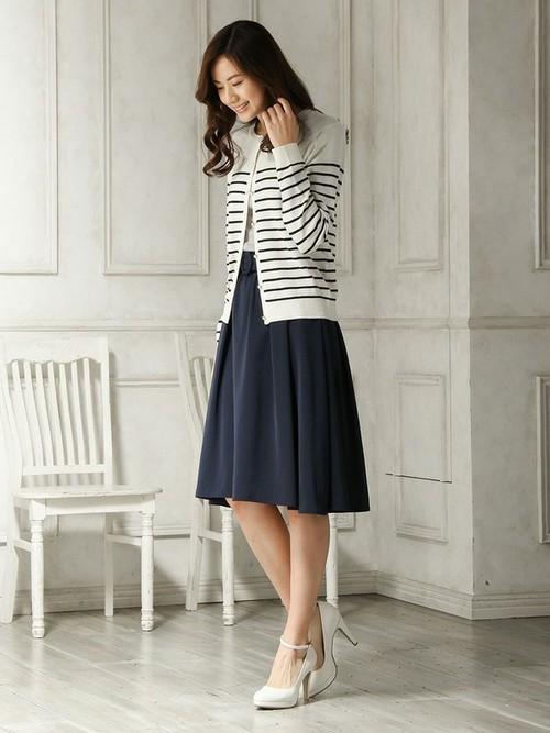 ボーダーにネイビーのスカートを合わせた大人のマリンスタイル。白と紺色の組み合わせが爽やかで春らしいコーディネートです。