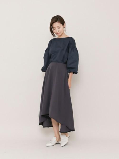 ボートネックならではのデコルテ強調した女性らしい着こなしです!ぬけ感コーデのポイントになっていますね。