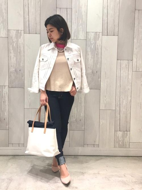 ジャケットを肩掛けしてエレガントに。ベージュピンクのパンプスやネックレス使いで、品よくまとめたスタイル。