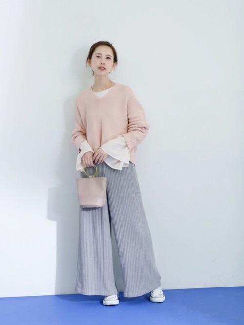 袖フレアのシフォンブラウスをレイヤードする着こなしは、是非真似したいですね。淡いピンクとブルーグレーの色合いが素敵です。