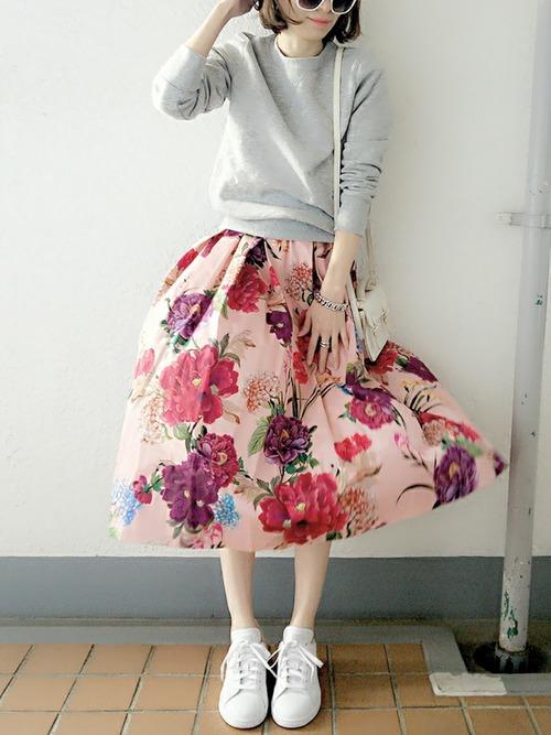 大きな柄のスカート。色合いがとっても春らしい!トップスは無地でシンプルにしてすっきりと着こなしましょう。