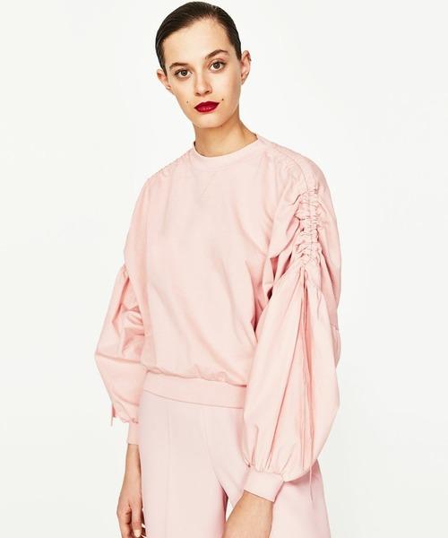 ザラのキュートなスウェット。袖のキュッと絞られたリボンが特徴的ですね。コンパクトな丈なので、袖のボリュームがあってもスッキリしています。春らしい桜カラーなのも萌えポイント。大人可愛く着こなしたい1枚です。