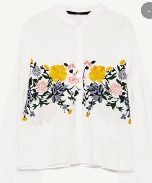 ザラで大人気の花柄刺繍入りシャツ。サイドに鮮やかな刺繍があしらわれてコーデのアクセントに最適な1枚ですね。晴らしい色合いが素敵です。トレンド感のあるデザインなので、迷ったら購入すべし!