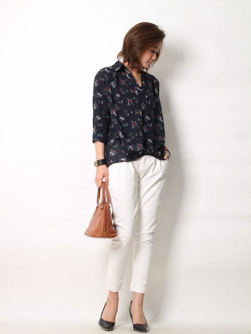 ブラックの花柄ブラウスと白のジーンズをコーディネートしてラフな着こなしをしていますね。