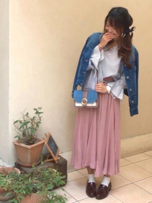 フェミニンなピンクスカートにストライプブラウスを合わせ春満開のコーディネート。デニムジャケットを肩にかけて、お花見デートにぴったりなスタイリング♡ミニショルダーバッグが素敵なアクセントになっていますね♪