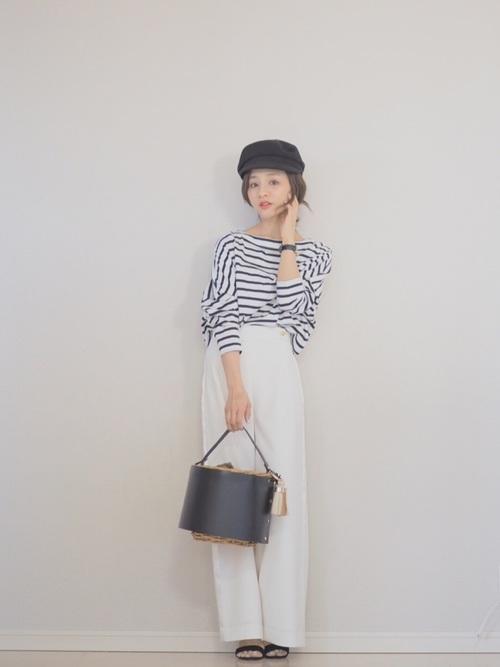 マリンコーデの靴はスニーカーも合うけれど、華奢なサンダルも女らしくて素敵ですね。バケツバッグもかわいいですね。