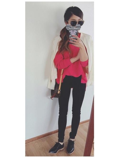 ビビッドなピンクのトップスが素敵♡大人女子の可愛らしさを存分に引き出してくれそう♪伸縮性のあるスキニージーンズは、コーデのスタイルアップにも。