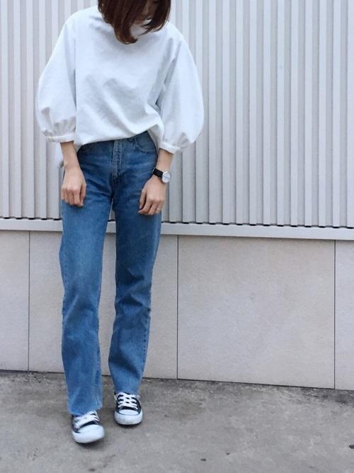 白トップスとデニムのコーデも、今年なら迷わず袖にボリュームのある白トップスにチェンジしたいですね。張りがある素材なのがまた大人っぽいです。