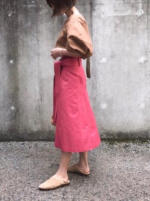 肩から腕が大きくふくらんだ袖はインパクトがありますね。茶色だからこそ甘すぎず大人コーデにしっくりきますね。ピンクのスカートもとてもかわいいです。スカートは広がりすぎていないものを選んでいるのがバランス良いです。