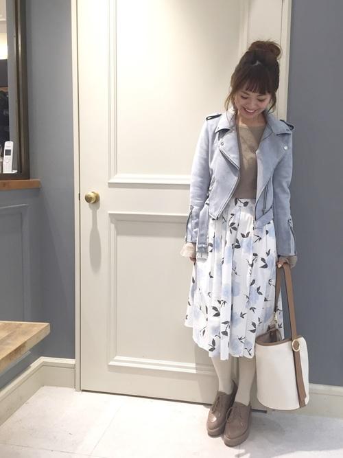 ペールトーンのライダースジャケットが素敵なコーデ!ロマンチックな花柄スカートと合わせて女性らしく♡