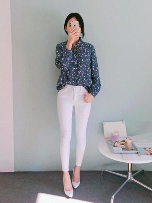 どこかレトロな印象のブラウスです。スキニージーンズを合わせてイマドキなスタイルに。
