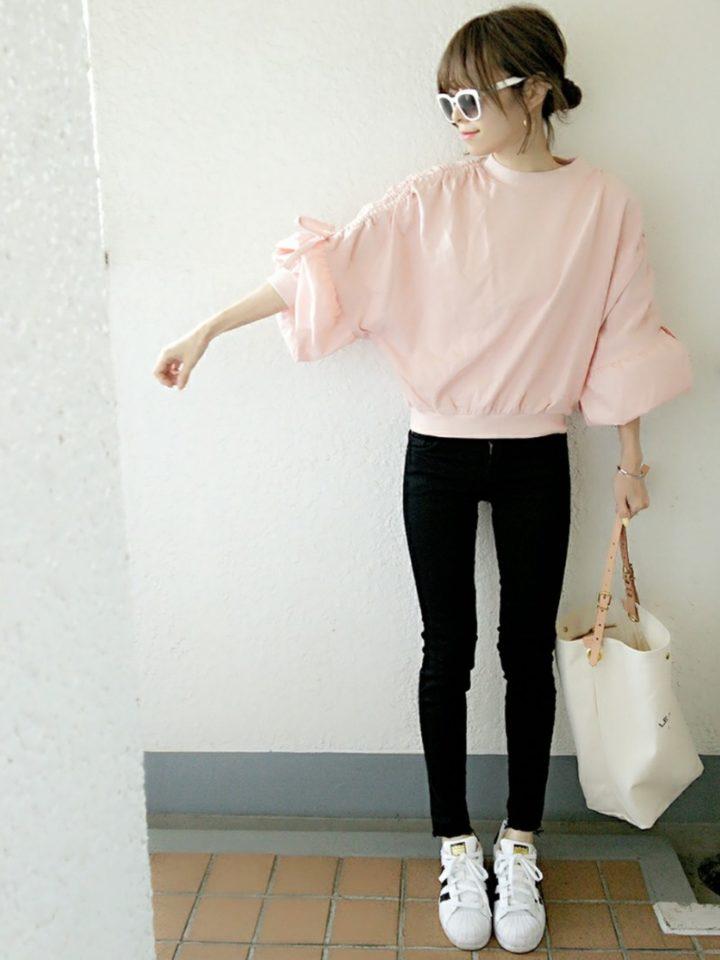 パステルなピンク色も袖のデザインも、春にピッタリな可愛らしさです。腕や上半身も華奢に見えるデザインで、嬉しい限り♡脚を細く見せるスキニーパンツと合わせると、更にスタイルアップ効果が♡