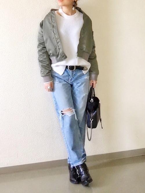 ハードなイメージのバッグやブーツにボンバージャケットを合わせた、男前ファッションですが、ホワイトのトップスのネックデザインで、女性らしさを感じられるOutfitになっています。