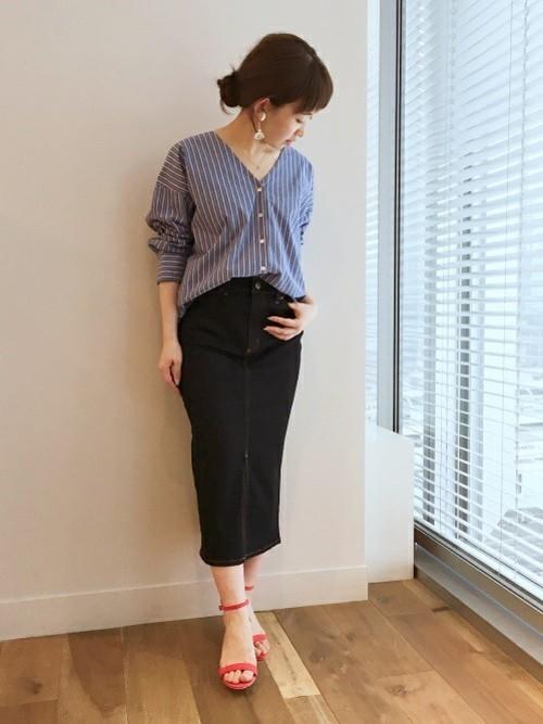 ストライプシャツに合わせるならタイトスカートが◎。足元にカラーアイテムをプラスすることでさりげなく自分らしさを表現して♪