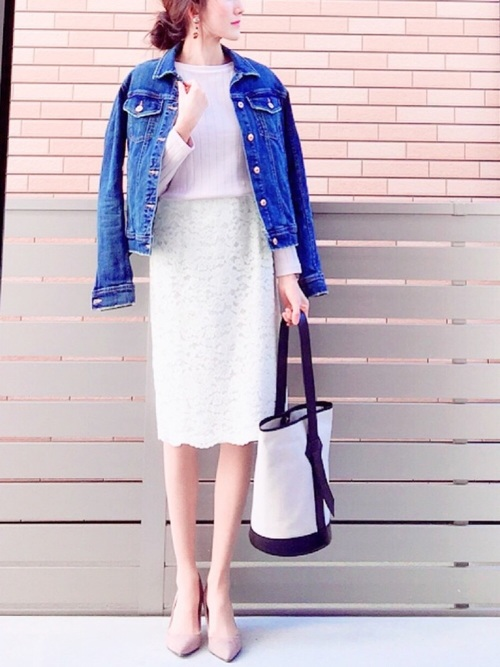 きれいめスタイルにGジャンを羽織ってカジュアルダウン。ベージュのパンプスで美脚と足長効果をプラスして大人の雰囲気に。