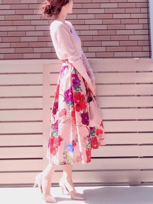 全体を花柄スカートのトーンに合わせたコーデです。ピンク色でトップスとパンプスとバッグをまとめているのでとてもスッキリ見えます。