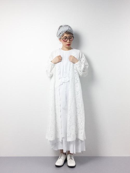 白のワンピにレースのガウンを羽織って、靴も白のおじ靴を選んで可愛らしさをプラス。圧巻のオールホワイトコーデですね。
