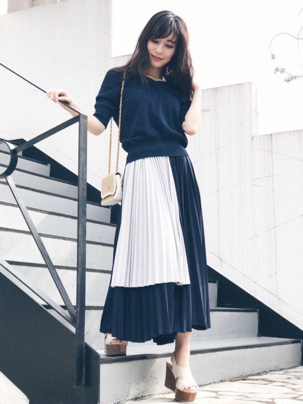 バイカラーのプリーツスカートを使ったモノトーンコーデ。バイカラーにすることで、プリーツの魅力が全面に出たスカートは、シンプルトップスと合わせてシックな着こなしに。涼しげな印象もあって、素敵ですね。