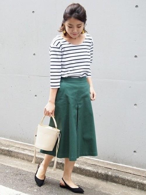 きっと誰もが一枚は持っているボーダートップス。キレイ色スカートを合わせれば、いつもとはまた違った着こなしが出来ますよ。