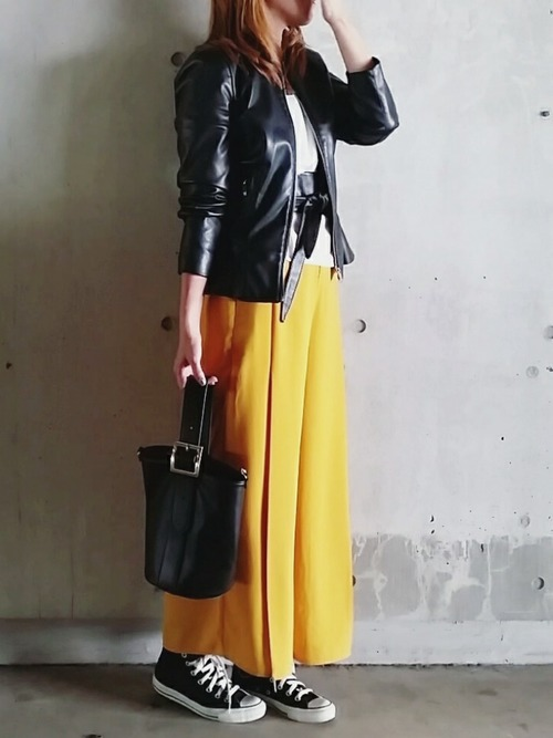 黒のジャケットに合わせて大人かっこいい大人女子のベルト使いですね♪あえてスニーカーでハードになりすぎないように調節したバランスの良さはお見事ですね♡
