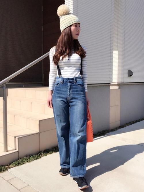 ボーダーシャツにワイドデニムをサスペンダー使いで着用。シンプルな服装にアクセサリーでオシャレ感を出しています。
