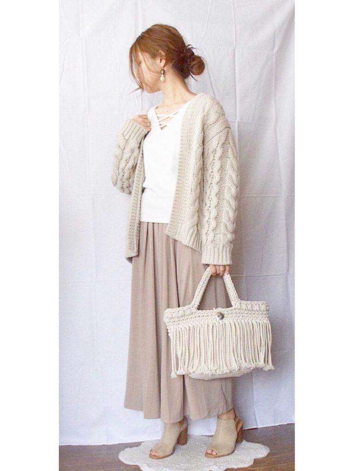 ベージュのワントーンで素肌感あふれるコーデ。もこもこ感のあるケーブル編みのカーディガンも、肩から抜け気味に羽織って春らしい透け感を感じさせています。