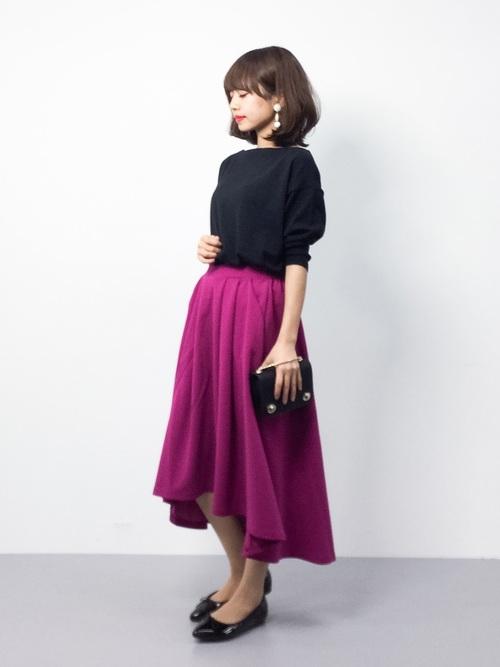 パープルが鮮やかなミモレ丈のスカート。今シーズンはその中でも写真のような前後の長さが違うフィッシュテールタイプも沢山出ています。動くたびにフレアがきれいになびいて素敵です♪