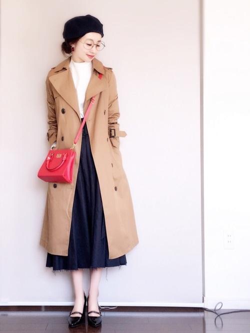 トレンチコート・プチハイネックトップス・フレアスカート・ベレー帽・赤いバッグ・ポインテッドトゥパンプス。フレンチな雰囲気漂う大人のシンプルコーディネート。配色はもちろん、各アイテムもオシャレなものがたくさん。真似したくなるコーディネート。