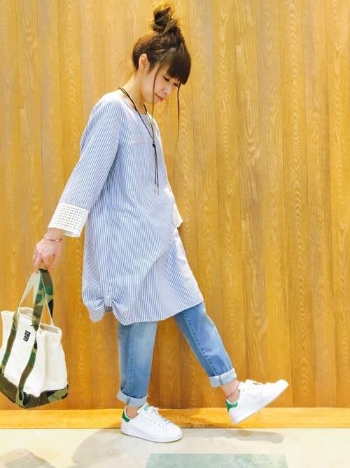 SHOO・LA・RUE(シューラルー)より、袖レースチュニックワンピースです。ひざ丈のシルエットは一枚で着ても、このようにパンツを合わせてもOK。サイドにはタグが施され、丈を調整することができます。ストライプ柄と袖のチェック柄のレースの組み合わせが絶妙ですね。