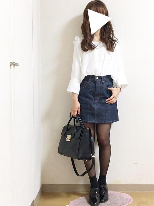 ガーリーな首周りのデザインが印象的な白ブラウスも、ミニのデニムスカートにインしてすっきりと。小物を黒でまとめて、きちんと感もしっかり演出しています。